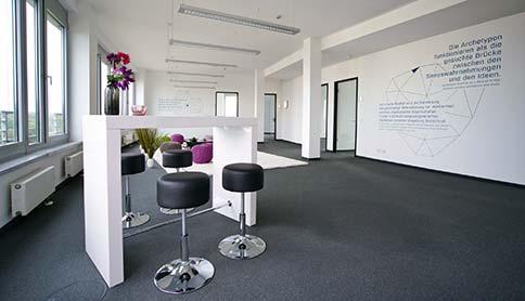 Sitzbereich mit Theke und Barhockern im Sirius Office Center Neu-Isenburg